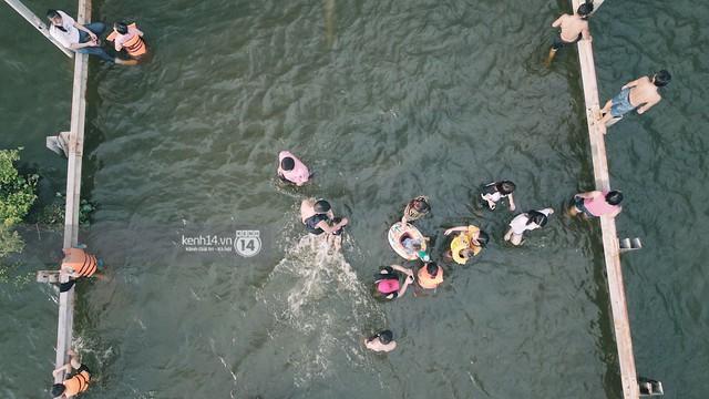 Nước vừa rút lại lên, người già trẻ nhỏ tiếp tục ùa ra đường tỉnh lộ vô tư bơi lội khi phương tiện bị cấm lưu thông - Ảnh 15.