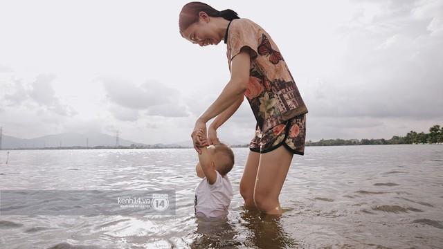 Nước vừa rút lại lên, người già trẻ nhỏ tiếp tục ùa ra đường tỉnh lộ vô tư bơi lội khi phương tiện bị cấm lưu thông - Ảnh 16.