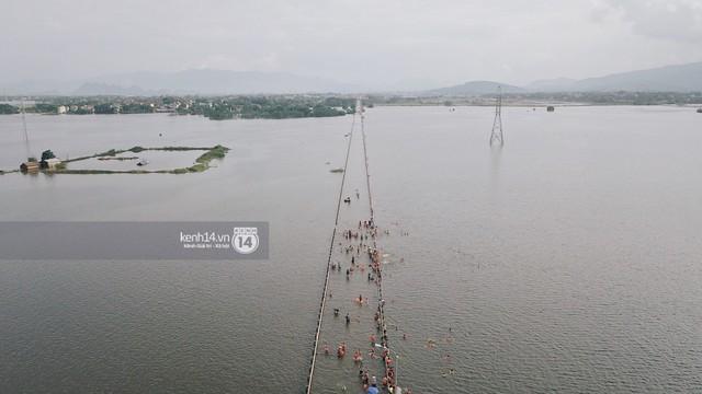 Nước vừa rút lại lên, người già trẻ nhỏ tiếp tục ùa ra đường tỉnh lộ vô tư bơi lội khi phương tiện bị cấm lưu thông - Ảnh 19.