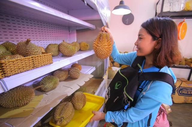 Xếp hàng chờ tới lượt mua sầu riêng ăn trả hạt ở TP HCM - Ảnh 4.