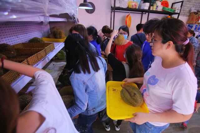 Xếp hàng chờ tới lượt mua sầu riêng ăn trả hạt ở TP HCM - Ảnh 7.