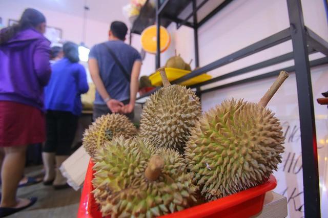 Xếp hàng chờ tới lượt mua sầu riêng ăn trả hạt ở TP HCM - Ảnh 9.