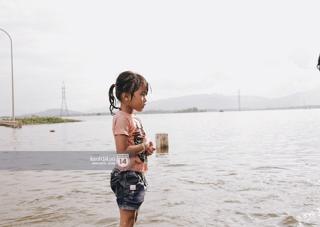 Nước vừa rút lại lên, người già trẻ nhỏ tiếp tục ùa ra đường tỉnh lộ vô tư bơi lội khi phương tiện bị cấm lưu thông - Ảnh 11.