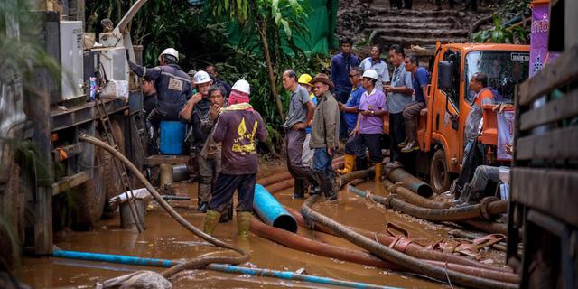 Vụ đội bóng mất tích ở Thái Lan: Chính quyền lắp cáp quang vào hang để các nạn nhân liên lạc với người thân - Ảnh 1.