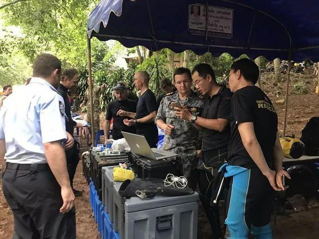 Đội bóng Thái Lan sẽ đến khu vực an toàn trong hang trước khi được hộ tống lặn ra ngoài - Ảnh 1.
