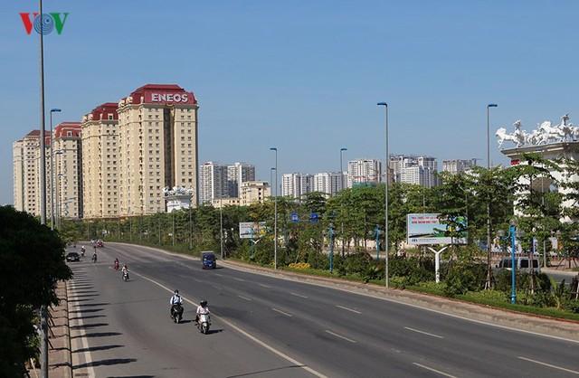 """Nắng nóng kỷ lục, đường phố Hà Nội vắng như """"chùa Bà Đanh"""" - Ảnh 1."""