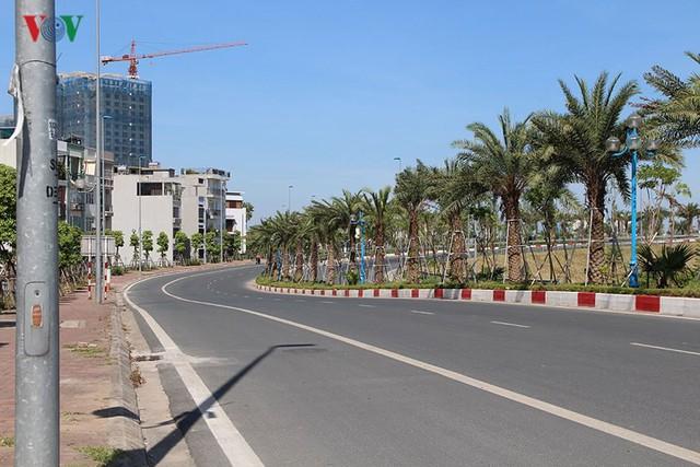 """Nắng nóng kỷ lục, đường phố Hà Nội vắng như """"chùa Bà Đanh"""" - Ảnh 2."""