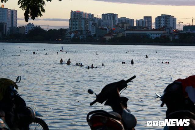 Hồ Tây ngập ngụa rác thải và cá chết, dân Thủ đô vẫn nô nức rủ nhau bơi lội - Ảnh 14.