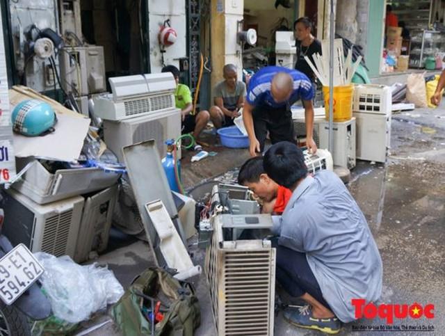 Thợ sửa điều hòa kiếm tới 6 triệu đồng mỗi ngày nắng nóng - Ảnh 3.