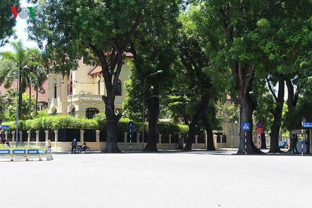 """Nắng nóng kỷ lục, đường phố Hà Nội vắng như """"chùa Bà Đanh"""" - Ảnh 4."""
