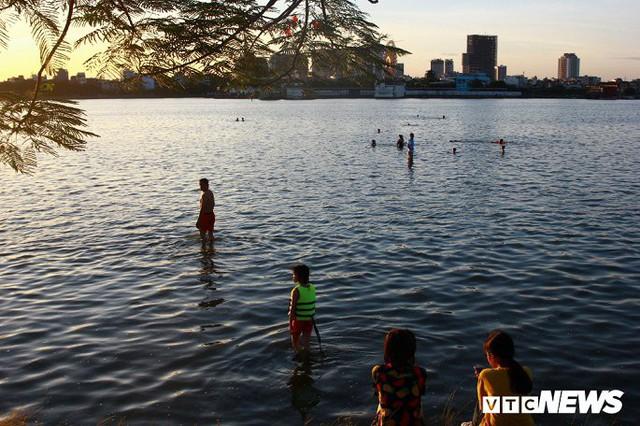 Hồ Tây ngập ngụa rác thải và cá chết, dân Thủ đô vẫn nô nức rủ nhau bơi lội - Ảnh 7.