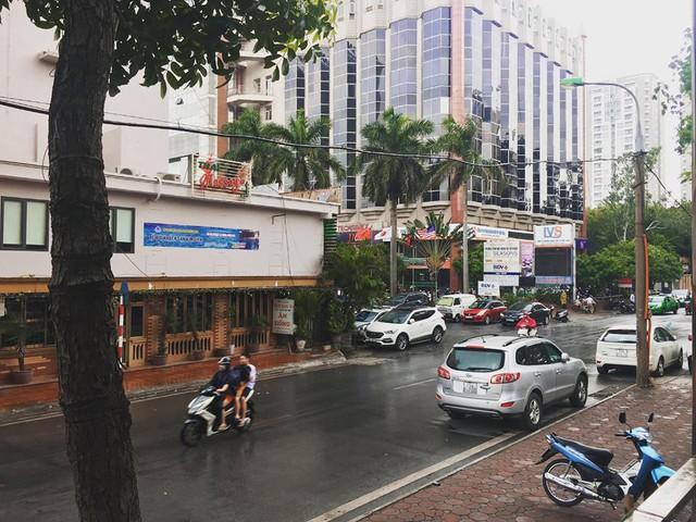 Thủ đô Hà Nội đón cơn mưa giải nhiệt đầu tiên sau những ngày nắng bỏng da rát thịt - Ảnh 2.