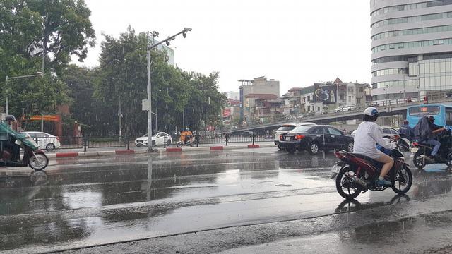 Thủ đô Hà Nội đón cơn mưa giải nhiệt đầu tiên sau những ngày nắng bỏng da rát thịt - Ảnh 3.
