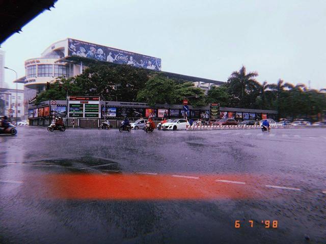Thủ đô Hà Nội đón cơn mưa giải nhiệt đầu tiên sau những ngày nắng bỏng da rát thịt - Ảnh 9.