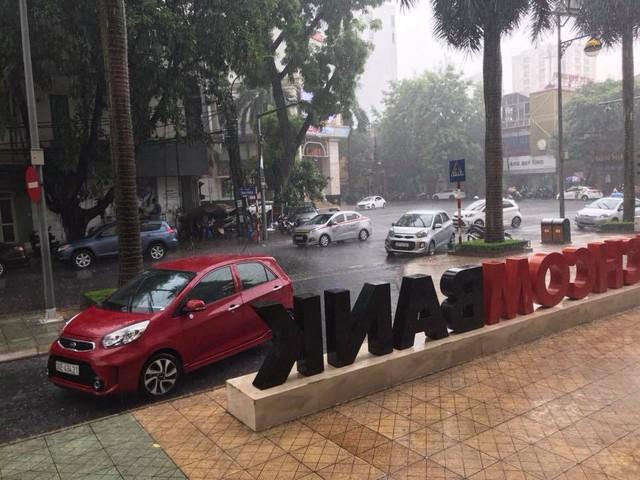Thủ đô Hà Nội đón cơn mưa giải nhiệt đầu tiên sau những ngày nắng bỏng da rát thịt - Ảnh 7.