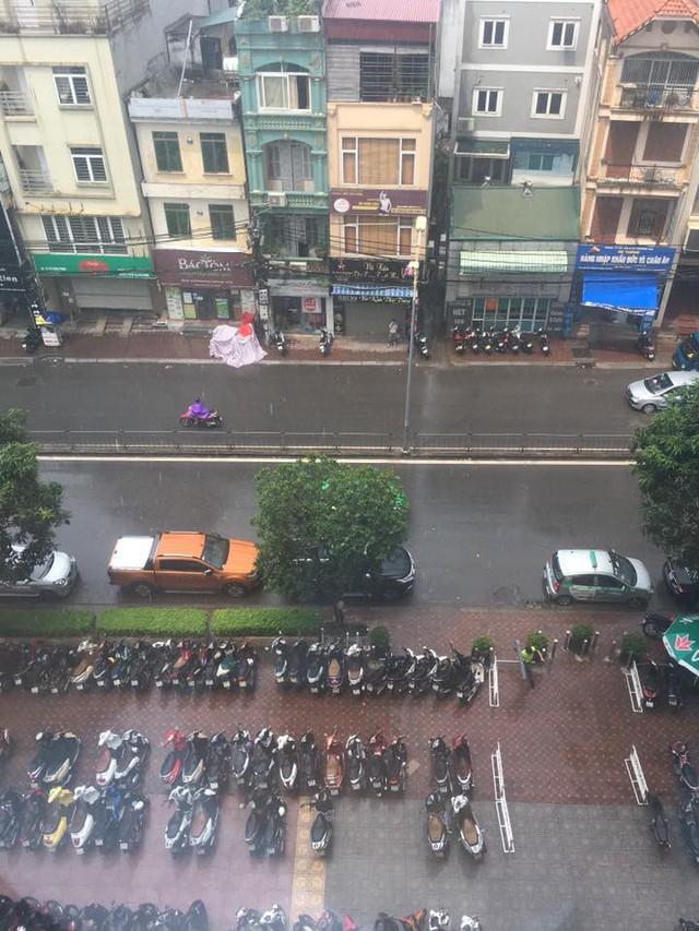 Thủ đô Hà Nội đón cơn mưa giải nhiệt đầu tiên sau những ngày nắng bỏng da rát thịt - Ảnh 1.