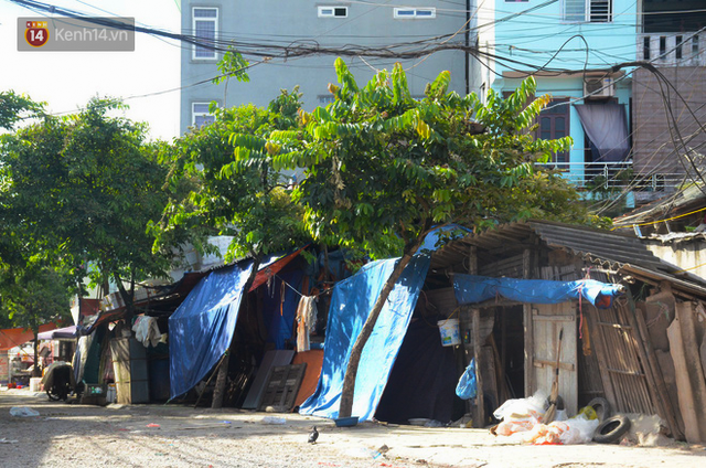 Xóm trọ nghèo không quạt, không điều hòa ở Hà Nội: Ban ngày đi khỏi nhà, ban đêm phải đổ nước lên giường mới ngủ được - Ảnh 1.