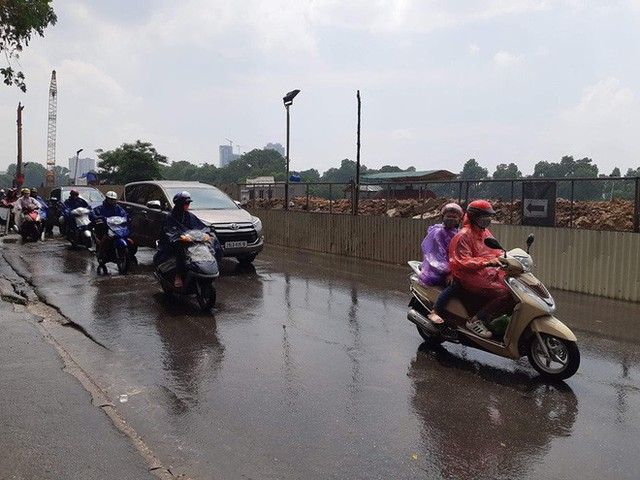 Người Hà Nội đứng giữa đường đón mưa vàng sau nhiều ngày nóng 40 độ C - Ảnh 3.