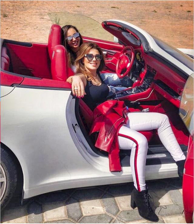 Hoa mắt với câu lạc bộ các quý cô chơi siêu xe ở Dubai: Cuộc sống quá ngắn để lái một chiếc xe nhàm chán - Ảnh 1.