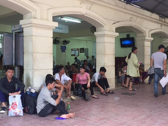 Người nhà bệnh nhân vạ vật trong nắng nóng 40 độ ở Hà Nội   - Ảnh 1.
