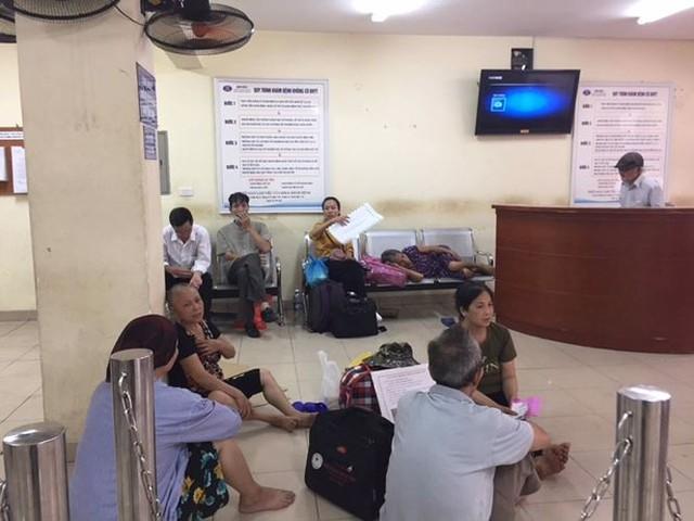 Người nhà bệnh nhân vạ vật trong nắng nóng 40 độ ở Hà Nội   - Ảnh 2.