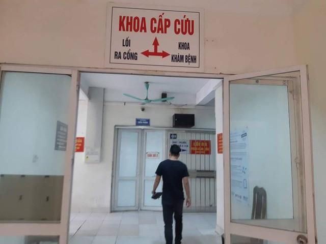 Hà Nội: Bệnh viện quá tải vì hàng trăm học viên đau bụng nhập viện - Ảnh 1.