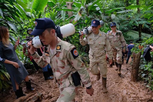 Các hình ảnh cho thấy quy mô và độ phức tạp của nỗ lực giải cứu các cậu bé Thái Lan bị mắc kẹt - Ảnh 16.