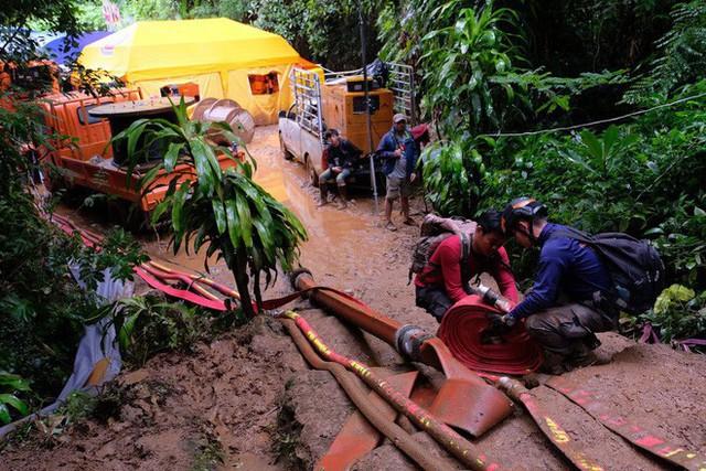 Các hình ảnh cho thấy quy mô và độ phức tạp của nỗ lực giải cứu các cậu bé Thái Lan bị mắc kẹt - Ảnh 21.