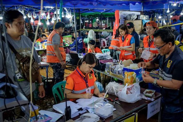 Các hình ảnh cho thấy quy mô và độ phức tạp của nỗ lực giải cứu các cậu bé Thái Lan bị mắc kẹt - Ảnh 26.