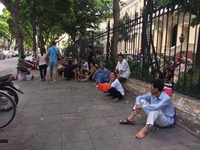 Người nhà bệnh nhân vạ vật trong nắng nóng 40 độ ở Hà Nội   - Ảnh 5.