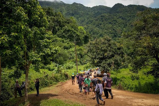 Các hình ảnh cho thấy quy mô và độ phức tạp của nỗ lực giải cứu các cậu bé Thái Lan bị mắc kẹt - Ảnh 5.