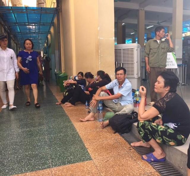Người nhà bệnh nhân vạ vật trong nắng nóng 40 độ ở Hà Nội   - Ảnh 6.