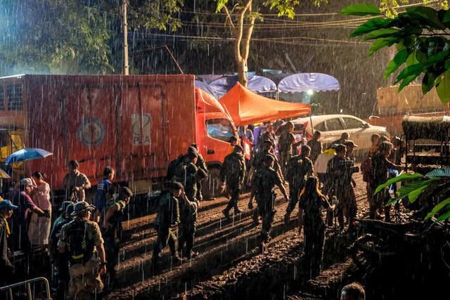 Các hình ảnh cho thấy quy mô và độ phức tạp của nỗ lực giải cứu các cậu bé Thái Lan bị mắc kẹt - Ảnh 6.