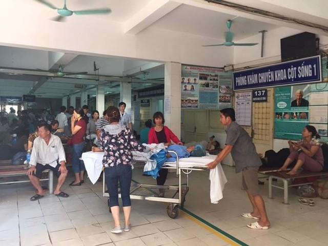 Người nhà bệnh nhân vạ vật trong nắng nóng 40 độ ở Hà Nội   - Ảnh 7.