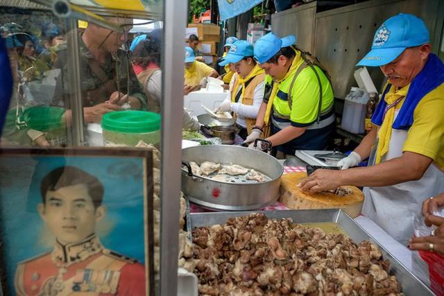 Các hình ảnh cho thấy quy mô và độ phức tạp của nỗ lực giải cứu các cậu bé Thái Lan bị mắc kẹt - Ảnh 7.