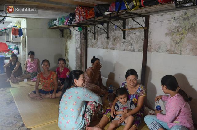Tình người trong dãy trọ 15k/ đêm ở Hà Nội: Ông chủ tự bỏ tiền túi lắp điều hòa, quạt mát cho người nghèo trốn nóng - Ảnh 1.