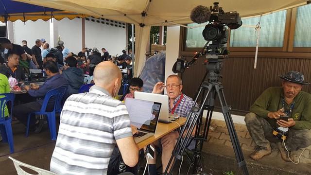 Hàng trăm phóng viên quốc tế chờ điều thần kỳ từ hang Tham Luang - Ảnh 1.