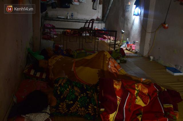 Tình người trong dãy trọ 15k/ đêm ở Hà Nội: Ông chủ tự bỏ tiền túi lắp điều hòa, quạt mát cho người nghèo trốn nóng - Ảnh 3.