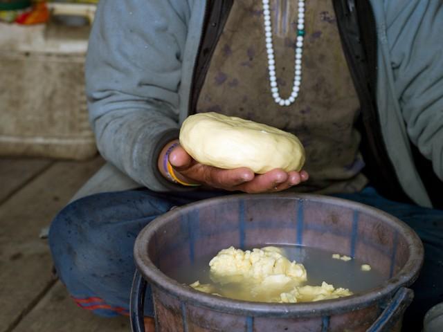Đất nước Bhutan có một món ăn rất đánh lừa thị giác, cứ ngỡ là xâu kẹo những sự thật lại vô cùng bất ngờ - Ảnh 3.