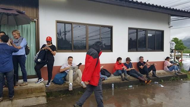 Hàng trăm phóng viên quốc tế chờ điều thần kỳ từ hang Tham Luang - Ảnh 8.