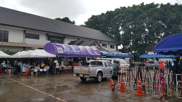 Hàng trăm phóng viên quốc tế chờ điều thần kỳ từ hang Tham Luang - Ảnh 10.