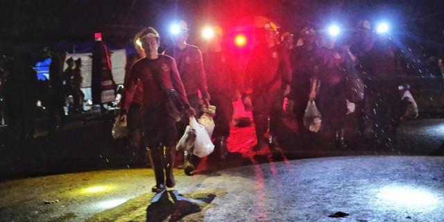 Chiến dịch giải cứu đội bóng thiếu niên bị mắc kẹt ở Thái Lan: Kết thúc ngày thứ 2, đã có 8 cầu thủ nhí được đưa ra khỏi hang - Ảnh 1.