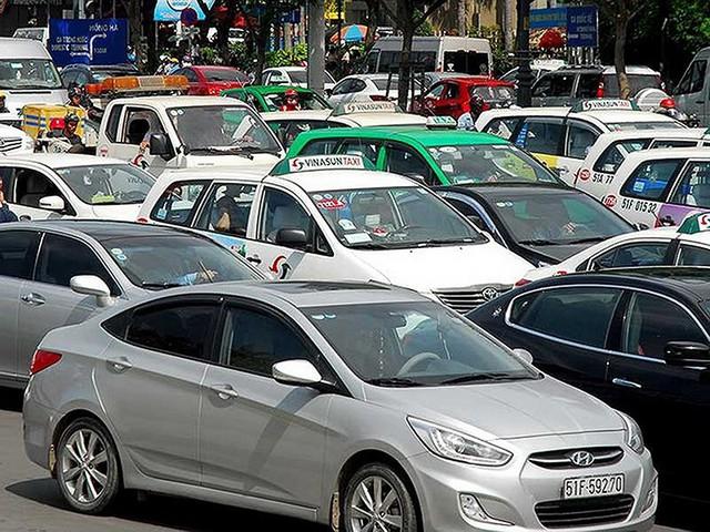 Taxi truyền thống lại 'tố' Grab thao túng thị trường - Ảnh 1.