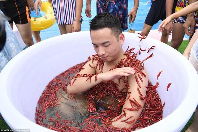 Nhiệt độ lên đến gần 40 độ C, Trung Quốc vẫn tổ chức cuộc thi ngâm mình ăn ớt và tìm được quán quân - Ảnh 2.