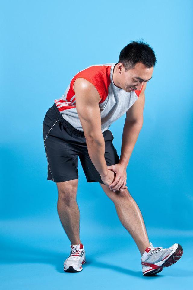 Đau lưng mỏi gối do lối sống, áp dụng 8 động tác đơn giản này để lấy lại sức mạnh đôi chân - Ảnh 1.