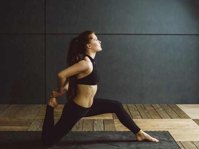 Đau lưng mỏi gối do lối sống, áp dụng 8 động tác đơn giản này để lấy lại sức mạnh đôi chân - Ảnh 3.