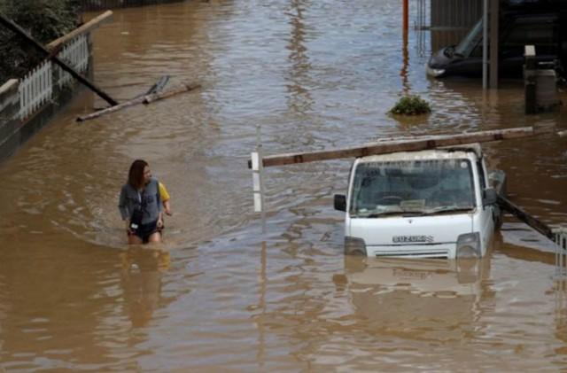 Những hình ảnh về trận mưa lũ lịch sử ở Nhật Bản - Ảnh 4.