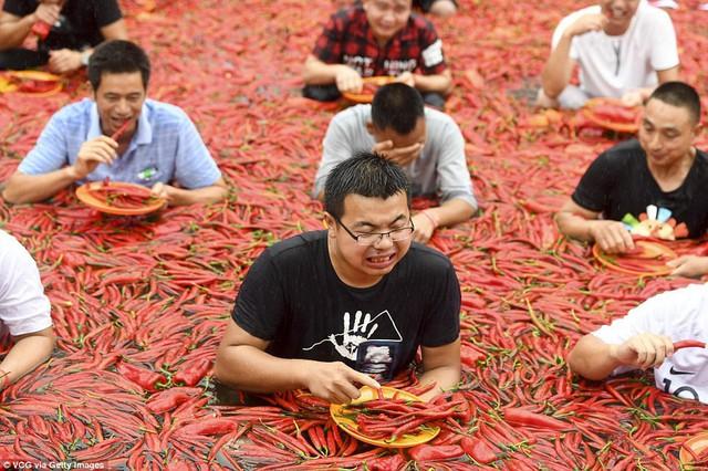 Nhiệt độ lên đến gần 40 độ C, Trung Quốc vẫn tổ chức cuộc thi ngâm mình ăn ớt và tìm được quán quân - Ảnh 4.