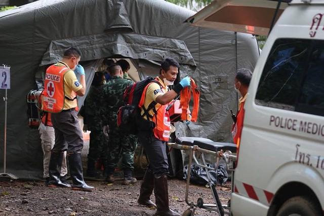 Những hình ảnh từ hiện trường ngày đầu cứu hộ đội bóng Thái Lan - Ảnh 6.