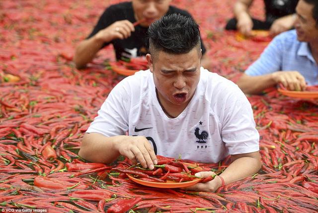 Nhiệt độ lên đến gần 40 độ C, Trung Quốc vẫn tổ chức cuộc thi ngâm mình ăn ớt và tìm được quán quân - Ảnh 6.